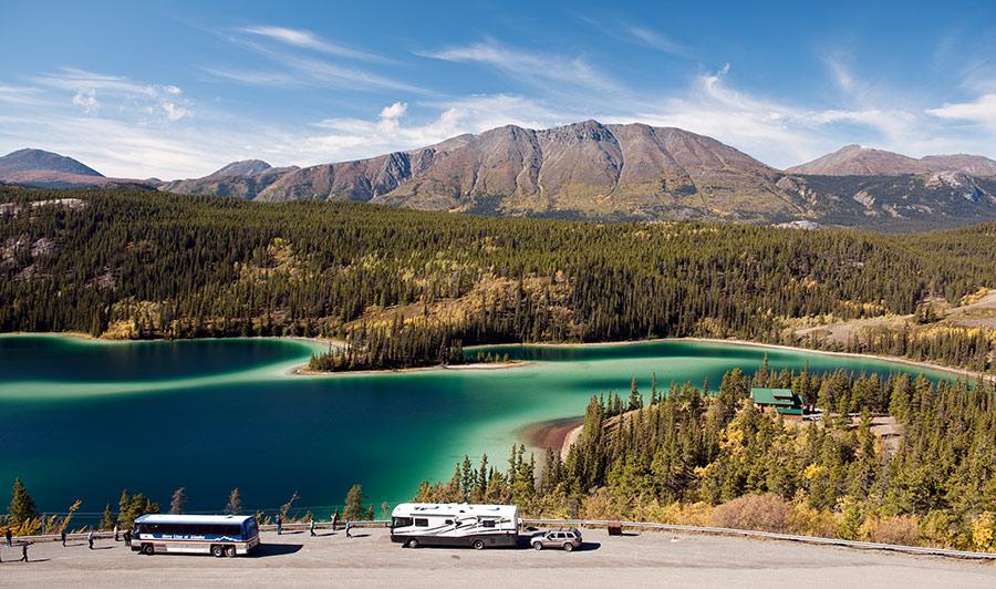 Bezaubernd schön - der Emerald Lake, südlich von Whitehorse